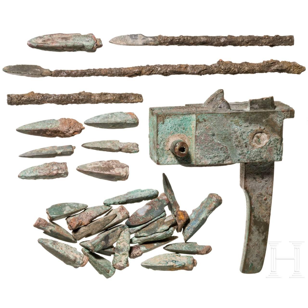 Chinesisches Armbrustschloss und Sammlung Pfeilspitzen, Han-Dynastie, 206 v. Chr. – 220 n. Chr.