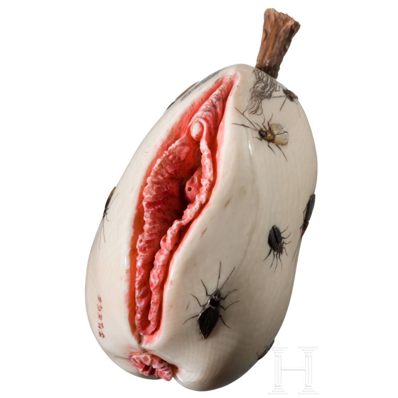 Signiertes Shibayama Zaiku in Form einer Frucht, diese stellt eine Vulva mit Anus dar, Japan, spätes 19. Jhdt.