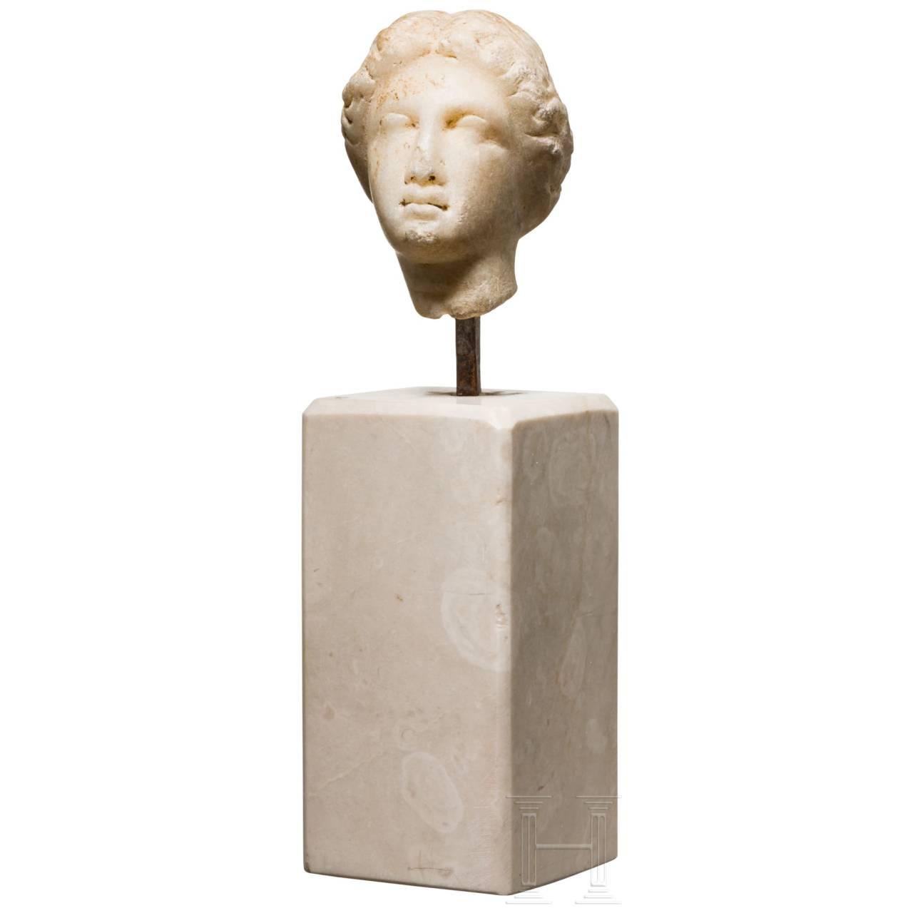 Marmorkopf einer weiblichen Gottheit, römisch, nach griechischem Vorbild, 1. Jhdt.
