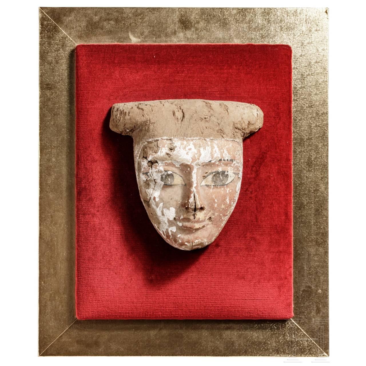 Polychrome Mumienmaske aus Holz auf Rahmen, Ägypten, Spätzeit, 664 - 31 v. Chr.