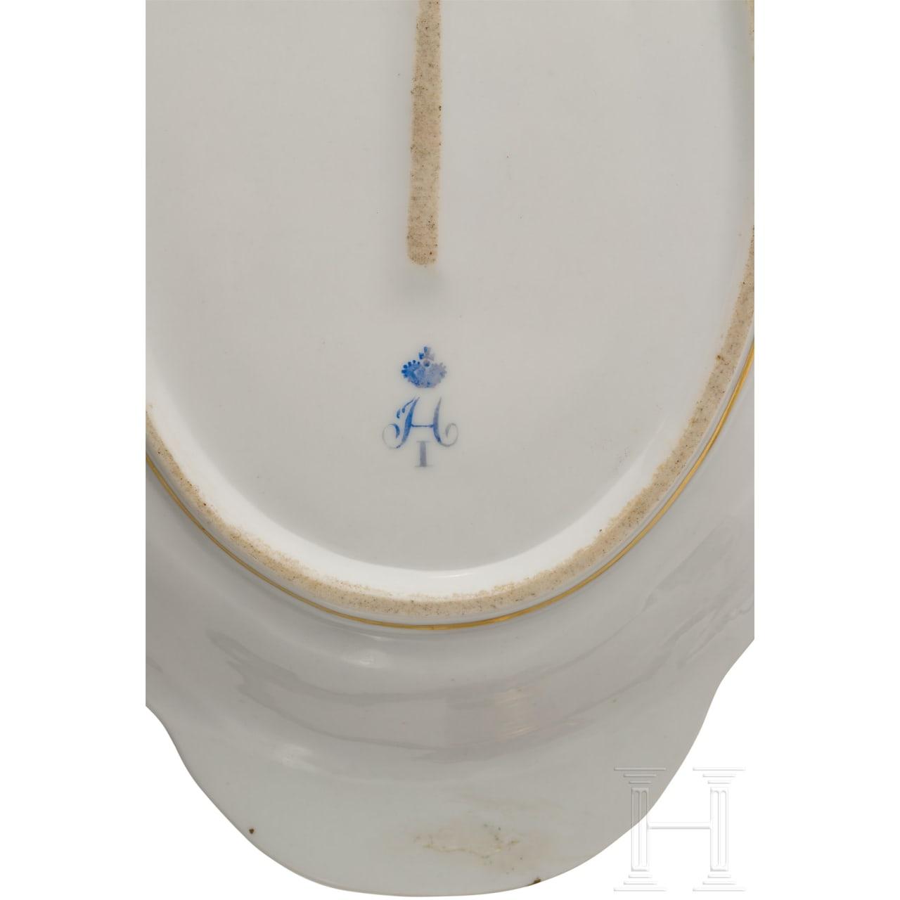 Teller, zwei ovale Schalen, Gewürzbehälter aus dem Gotischen Service, Kaiserliche Porzellanmanufaktur St. Petersburg, Regierungszeit Zar Nikolaus I., Russland, um 1833/40