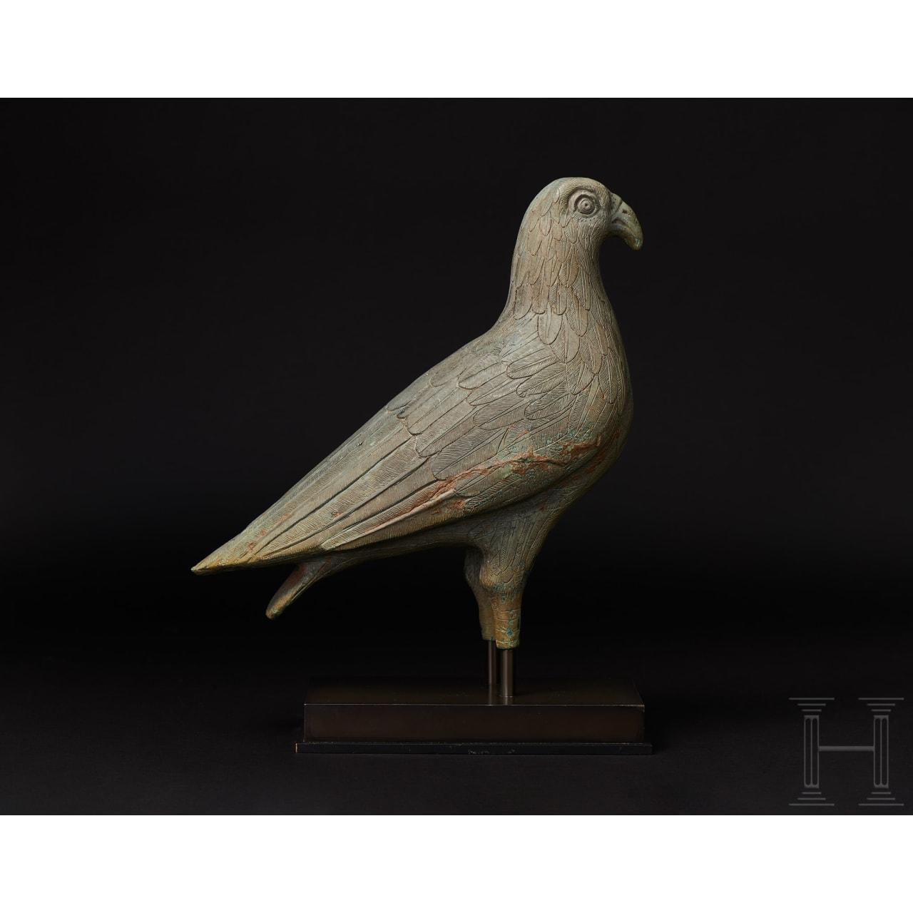 Bronzener Adler von ungewöhnlicher Größe und ausgesprochen feiner Ausarbeitung, griechisch, eventuell frühklassisch (frühes 5. Jhdt v. Chr.) oder späthellenistisch (1. Jhdt. v. – 1. Jhdt. n. Chr.)