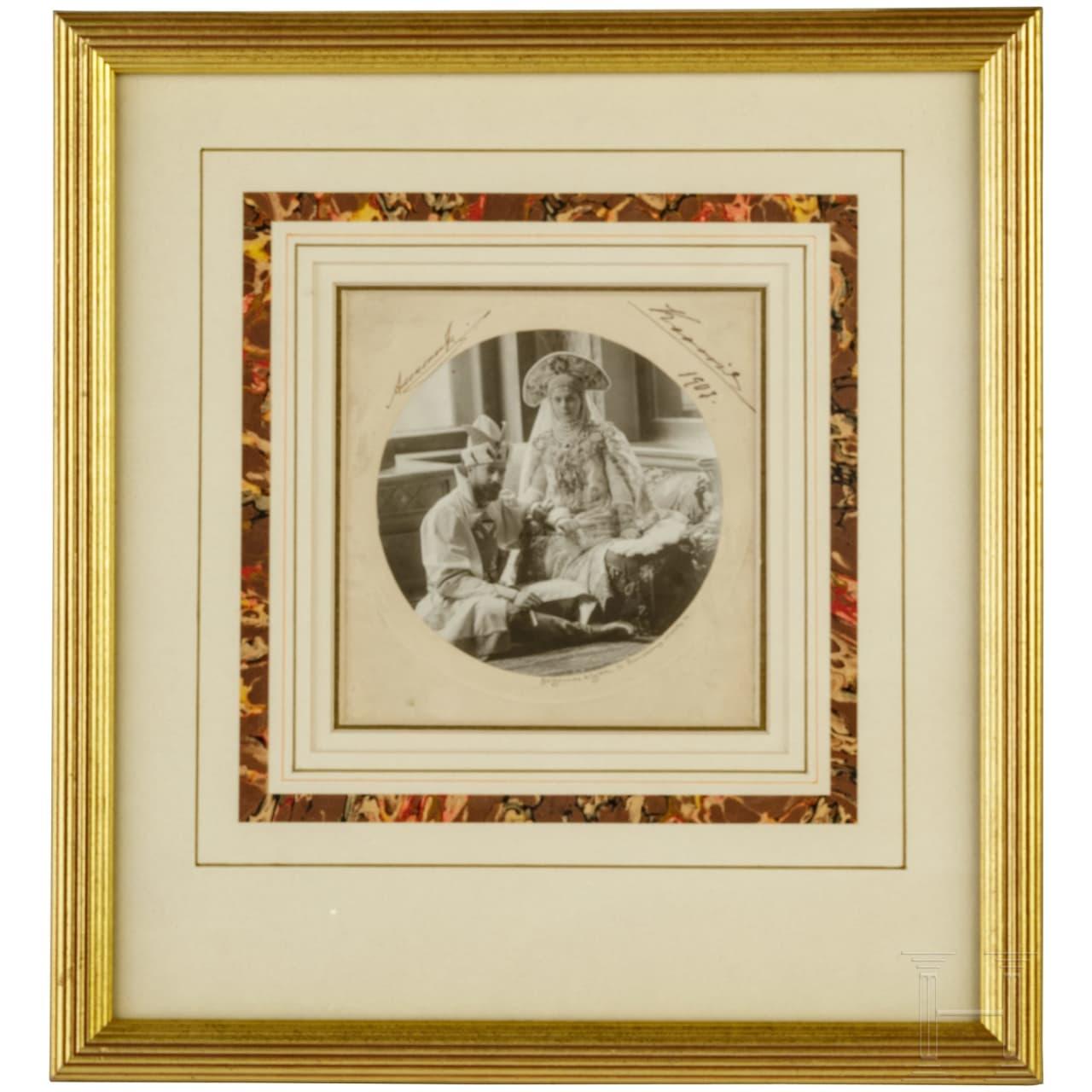 Foto des Großfürsten Alexander Mikhailovitch Romanov und der Großfürstin Xenia Alexandrovna, mit eigenhändigen Unterschriften in Tinte, sowie Foto von Zar Nikolaus II., Russland u.a., datiert 1907