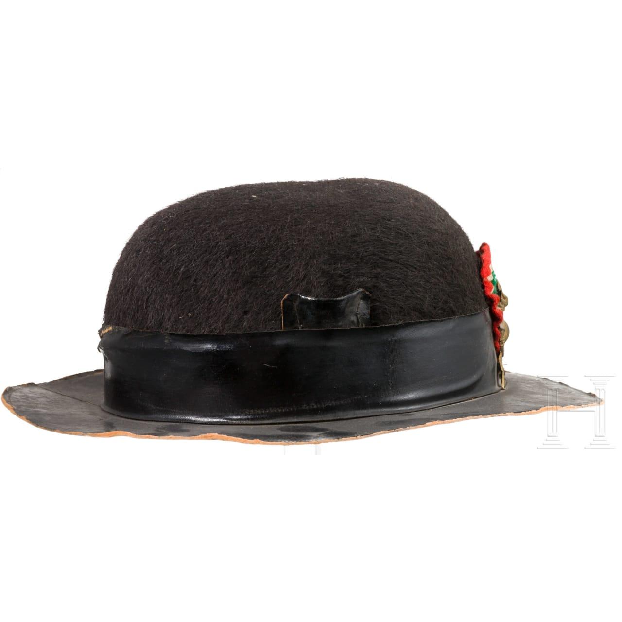 Zwei fragmentarische Hüte für Bersaglieri, 20. Jhdt.