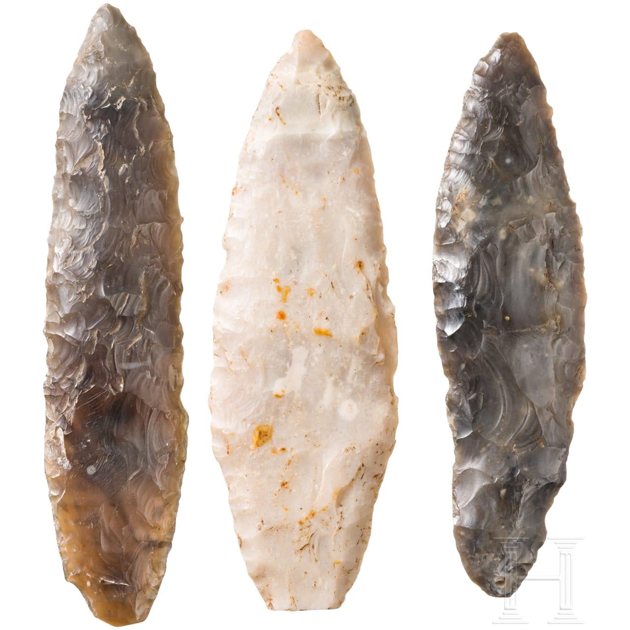 Drei kleinere, lorbeerblattförmige Dolche, Spätneolithikum, um 3000 v. Chr.