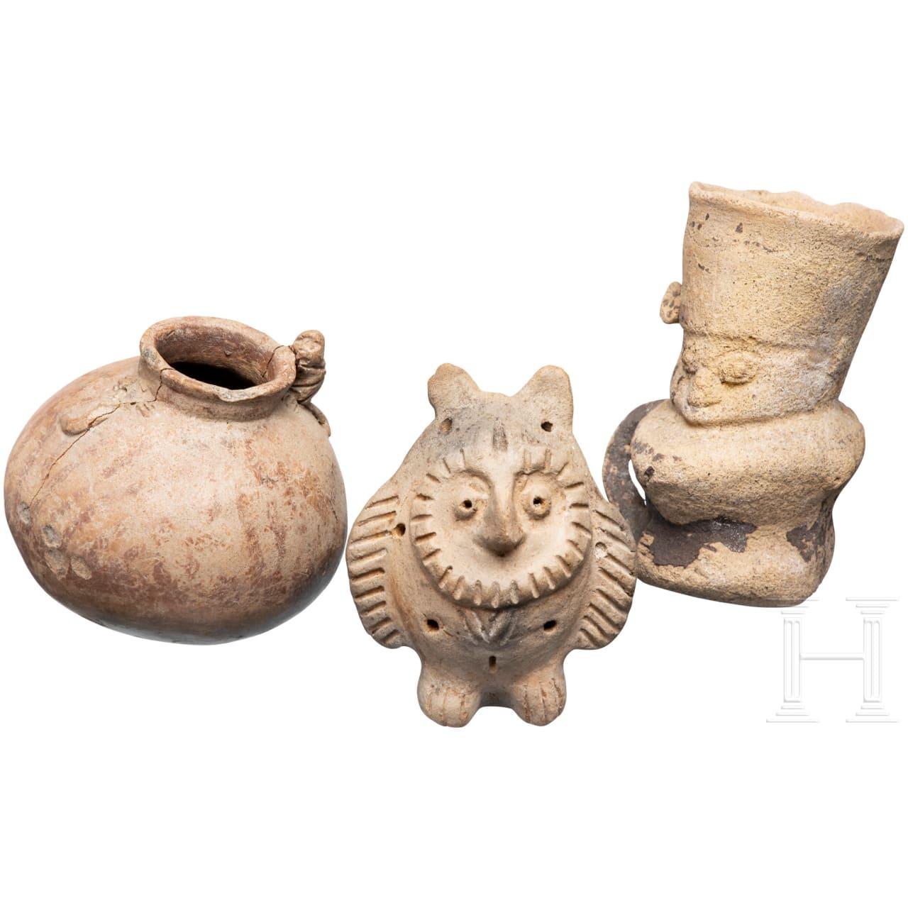 Zwei Tongefäße und eine Tierfigur, Peru, präkolumbianisch