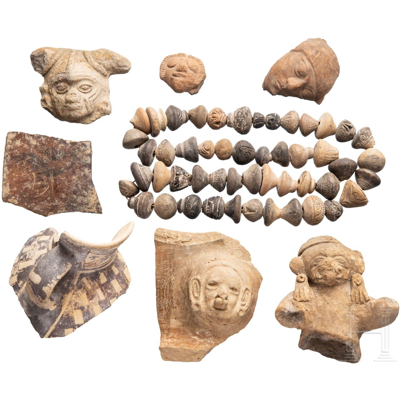 Sieben Keramik- und Terrakottafragmente und eine Kette aus Tonperlen, Südamerika, präkolumbianisch