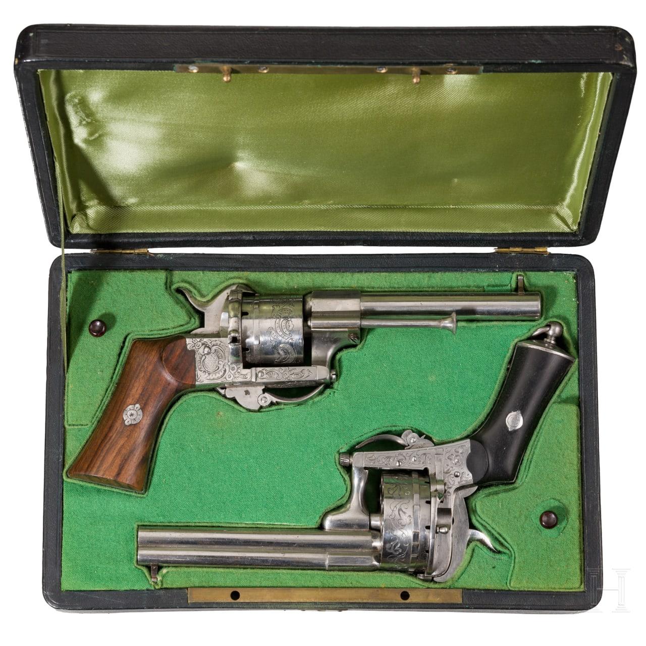 Zwei sechs- und achzehnschüssige Lefaucheux-Revolver im Kasten, Belgien, um 1860
