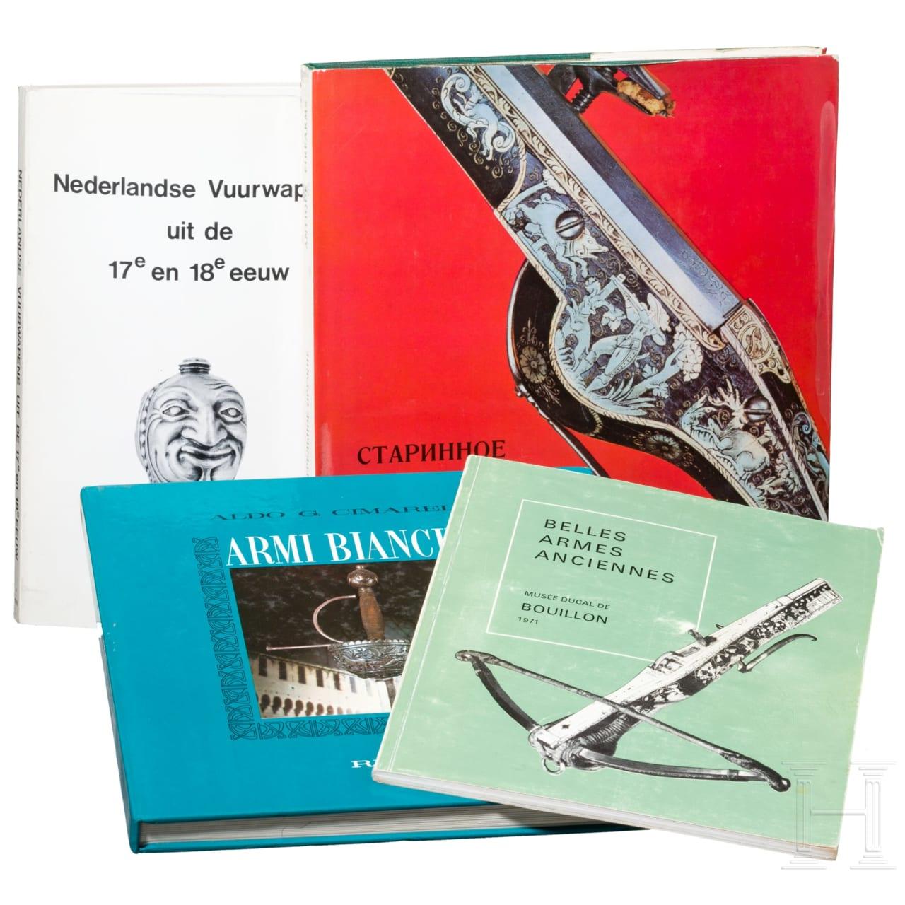 Vier Waffenbücher in italienischer, französischer, russischer und niederländischer Sprache