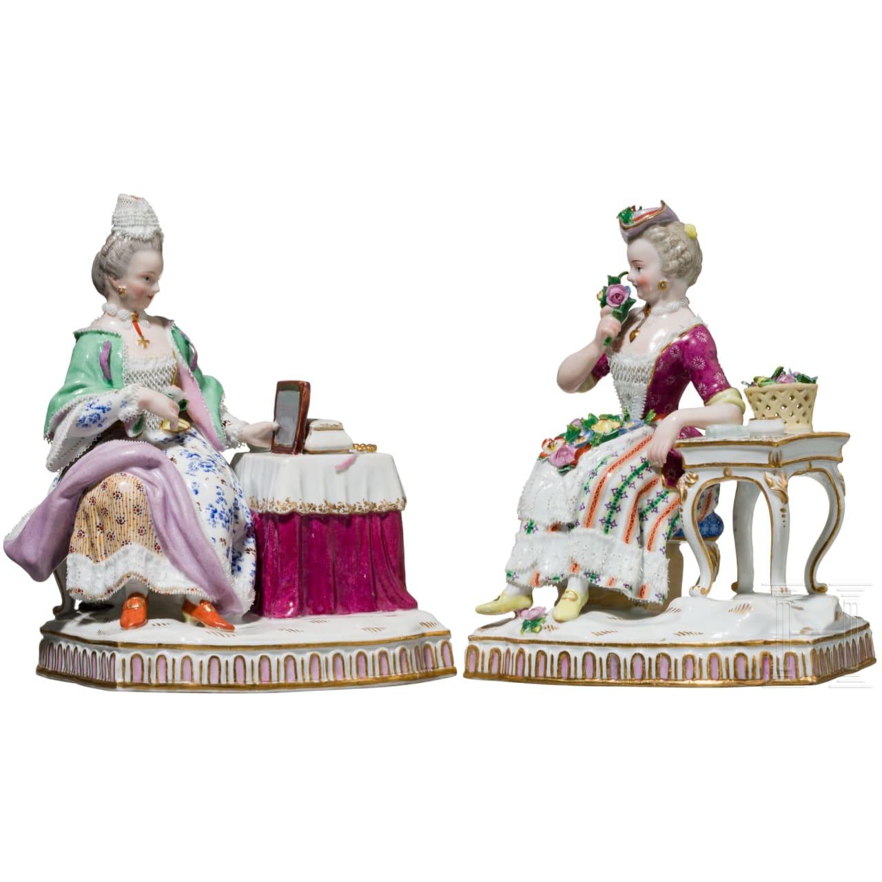 Zwei höfische Damen in Rokoko-Gewändern, jeweils an einem Tisch, Meißen, um 1900