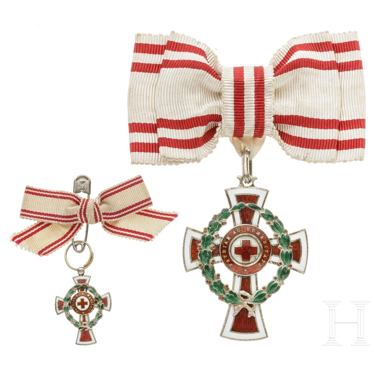 Ehrenzeichen 2. Klasse des österreichischen Roten Kreuzes mit Kriegsdekoration, mit Miniatur, jew. an Damenschleife