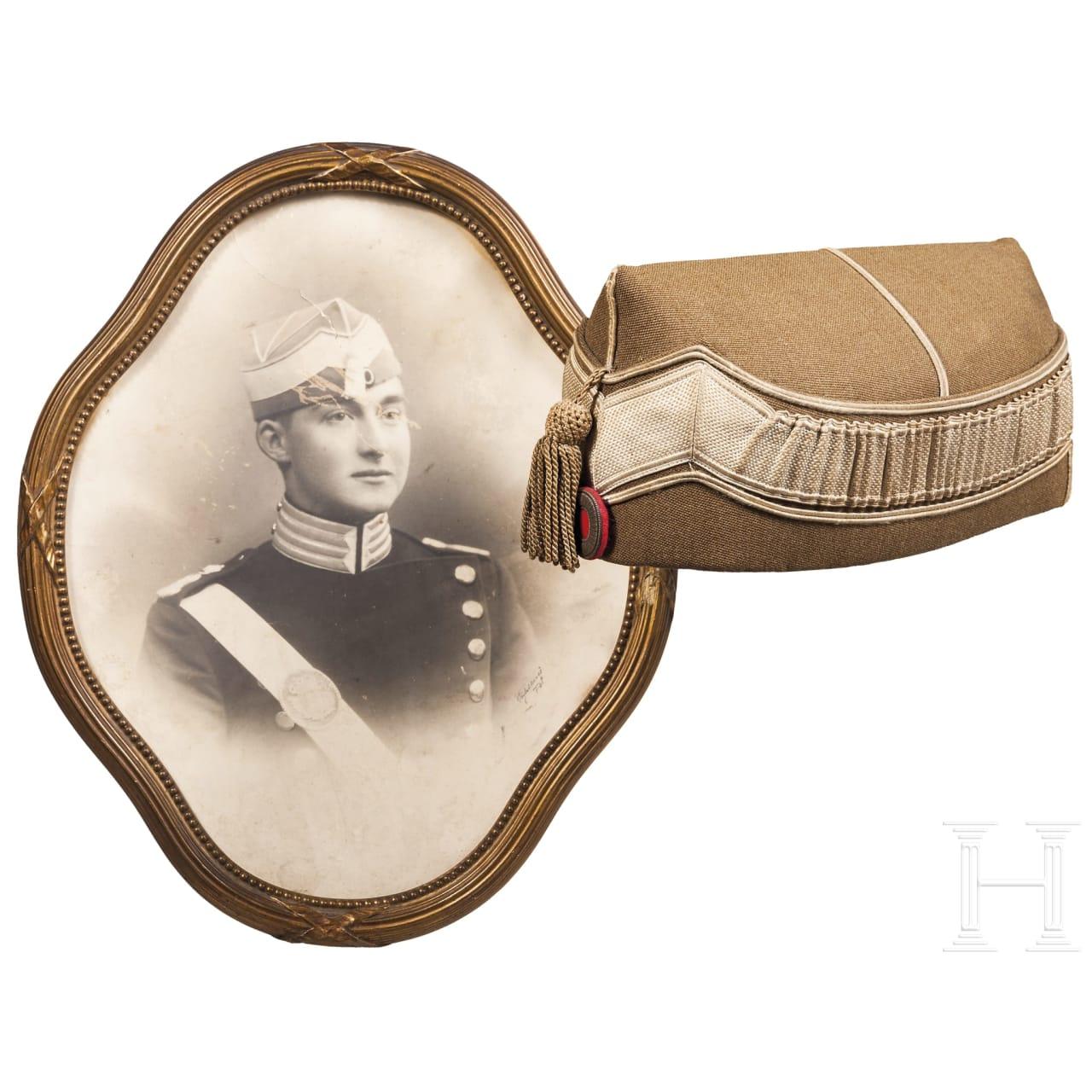 Beneluxstaaten - Kopfbedeckung für einen Kavalleristen, Trägerfoto im Rahmen