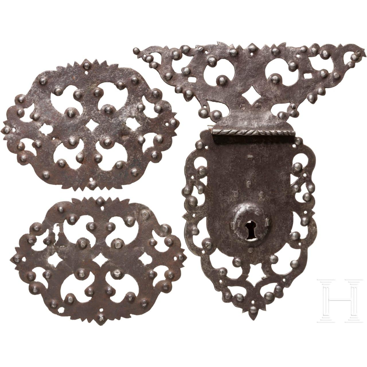 Truhenschloss und zwei Beschläge, norddeutsch, um 1700