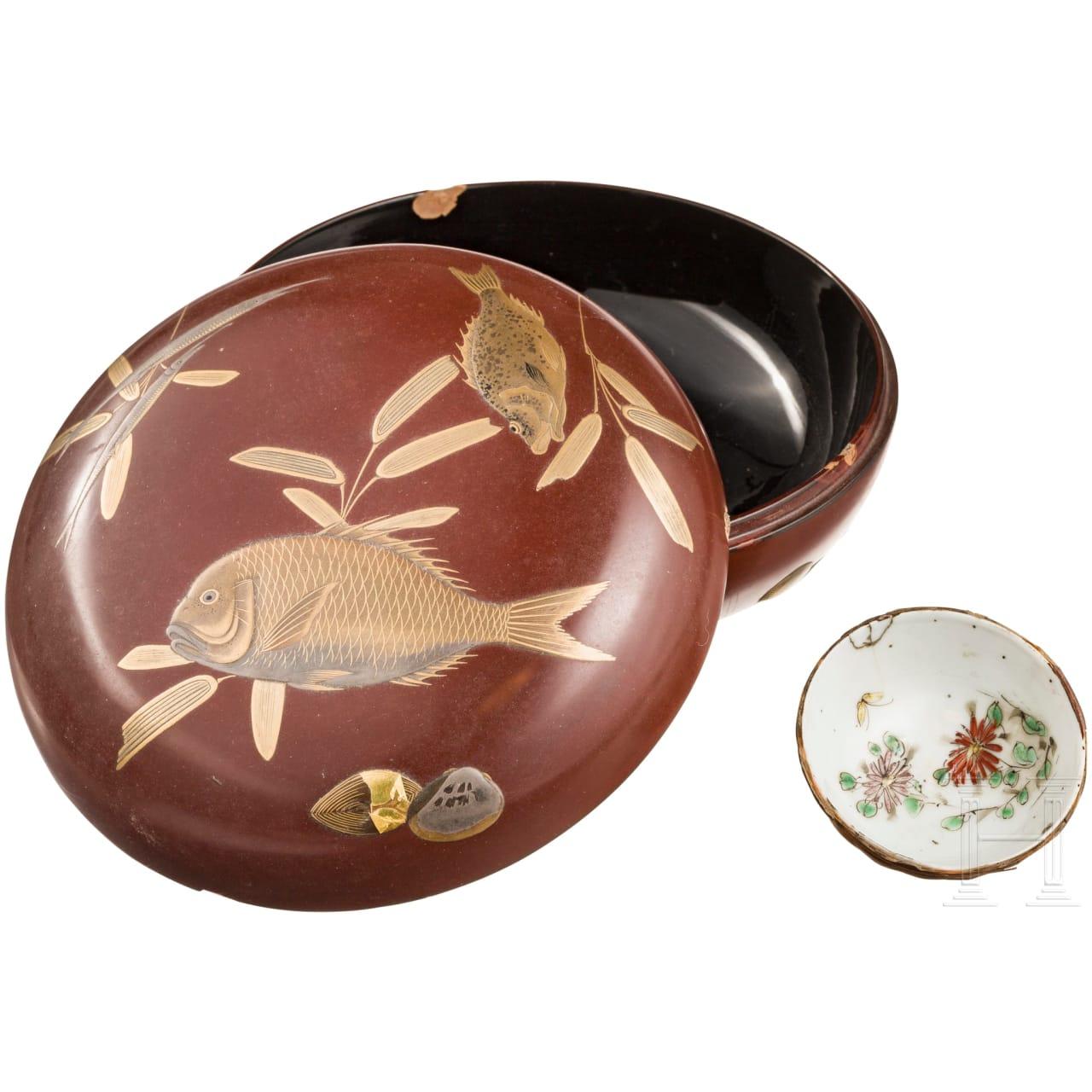 Runde Lackdose und Porzellan-Teeschale, Japan, Meiji-Periode bzw. China