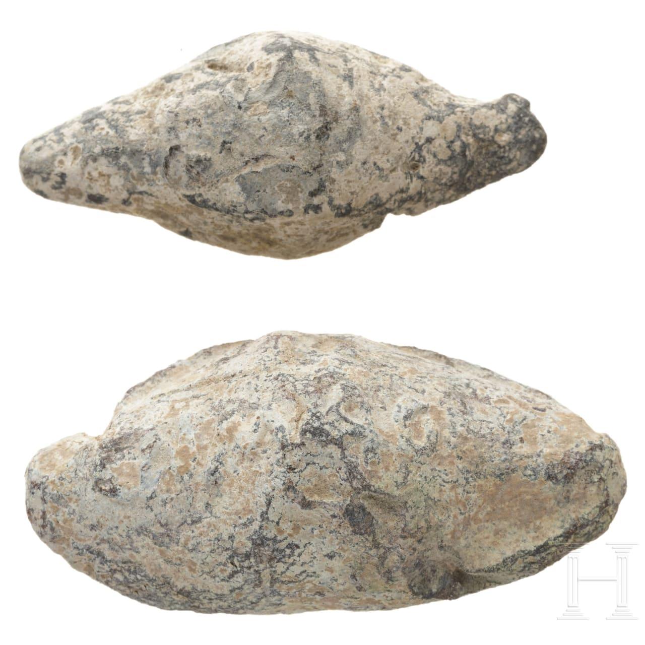 Zwei beschriftete Schleuderbleie aus den caesarischen Bürgerkriegen, Spanien, römisch, 50 - 40 v. Chr.