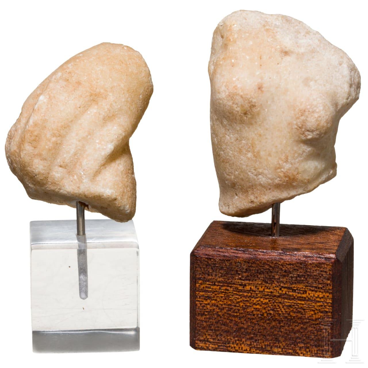 Miniaturtorso der Venus und Handfragment, Marmor, römisch, 1. Jhdt.