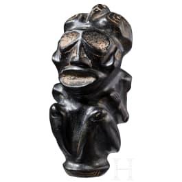 Steinskulptur eines hockenden Menschen mit Vogel auf dem Kopf, Taino-Kultur, 11. - 15. Jhdt.