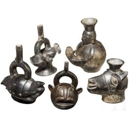 Five black glazed Peruvian Chimú vessels, 1250 - 1470