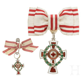 Badge of honour 2nd class of the Austrian Red Cross with war decoration, with miniature, in each case at a lady's bow