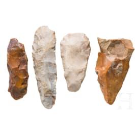 Vier Steinartefakte aus Flint, Mitteleuropa, Paläolithikum