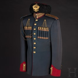 """""""Bojaren""""-Pelzmütze und Uniformjacke zur Parade für einen Oberleutnant im 17. Dragoner-Regiment von Nischni Nowgorod, Russland, um 1910"""