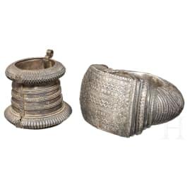 Zwei silberne Fuß- bzw. Armreife, Ostasien/Nordafrika