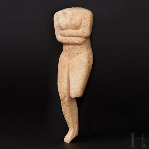 Weibliches Kykladenidol des Typs Kapsala aus Marmor, Griechenland, ca. Mitte 3. Jtsd. v. Chr.