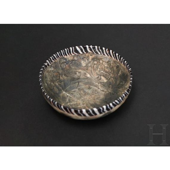 Glasschale mit floralem Dekor in Pigmentschicht zwischen doppelter Wandung, späthellenistisch - frührömisch 1. Jhdt. v. – 1. Jhdt. n. Chr.