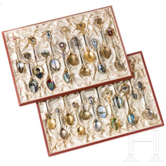 Sammlung von 24 emaillierten silbernen Andenkenlöffeln, deutsch, um 1910