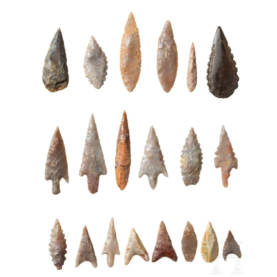 20 Neolithic flint arrowheads and pearls of a necklace from the Sahara, circa 5000 – 3000 B.C.