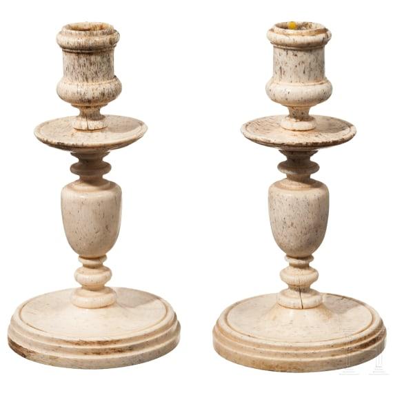 Ein Paar Leuchter aus gedrechseltem Bein, Spanien oder Niederlande um 1680
