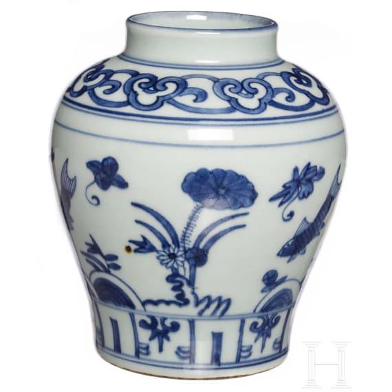 Kleine blau-weiße Vase, China, späte Qing-Dynastie, frühe Republik