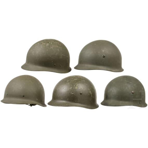 Drei Helme für Luftlandetruppen und zwei Helme Typ FJ 60 der Bundeswehr, 1950er - 1980er Jahre