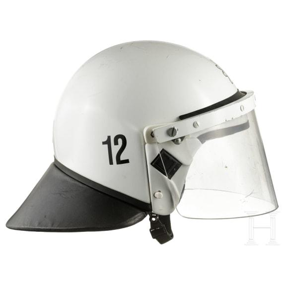Anti-Demo-Helm der Polizei Brandenburg, um 2010