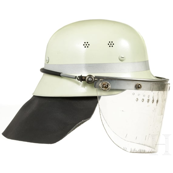 Vier Helme der Feuerwehr und des THW, 1950er - 1990er Jahre