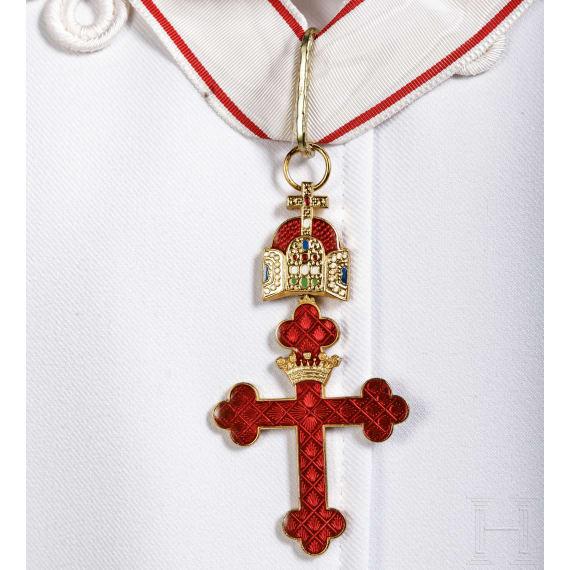 Mantel, Degen und Dekoration eines Ritters des Ordens des Heiligen Georgs zu Kärnten, Österreich, um 2010
